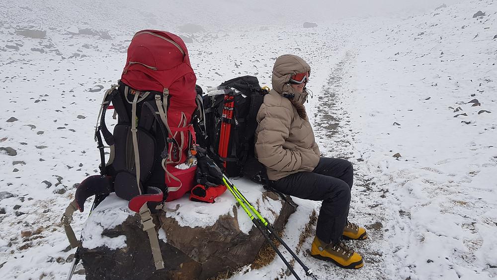 Laura durante a descida de Piedra Grande (3.600m) para Las Veguitas (3.200m)
