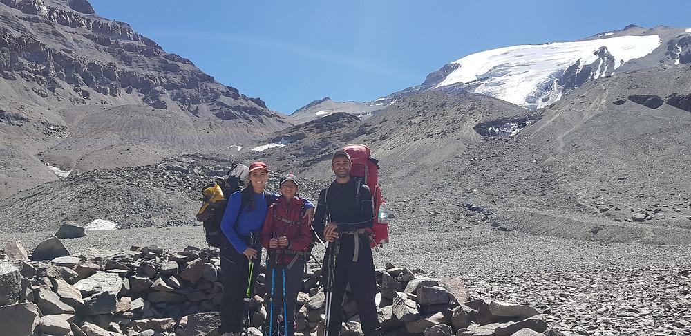 Laura Petroni, João Pedro e Pedro Bugim, preparados para subir de Federación (4.100m) ao campo Dagostini (4.600m)