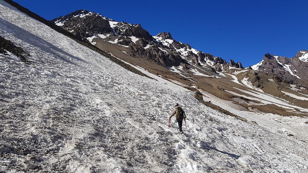 Laura na porção inferior de neve, para acessar a base da via