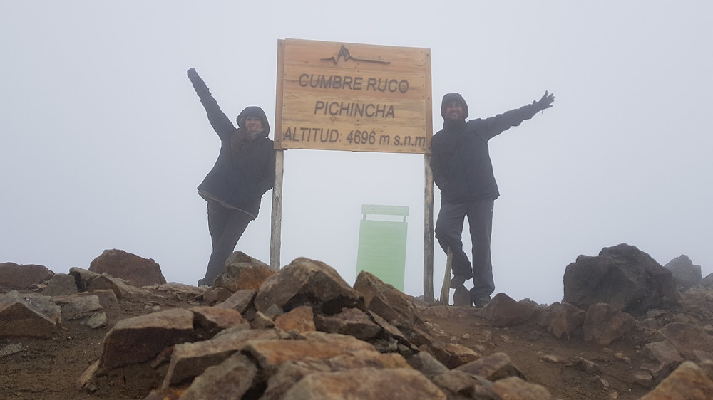 Laura Petroni e Pedro Bugim no cume do Ruco Pichincha (4.696m)