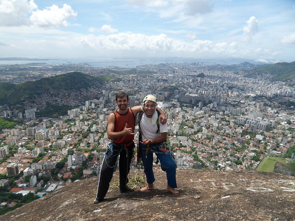 """Pedro Bugim e Julio Mello no topo do Perdido do Andaraí, após a conquista da """"CERJ 70"""" (D3 5º VIIa E2/E3 - 355m)"""