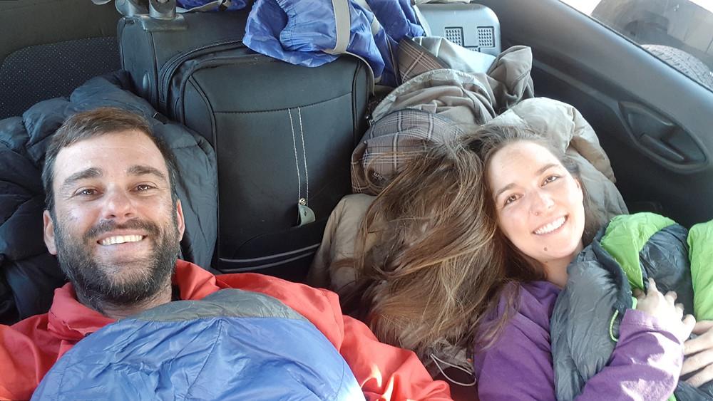 Prontos para dormir em Las Cuevas... no carro com nossas bagagens!