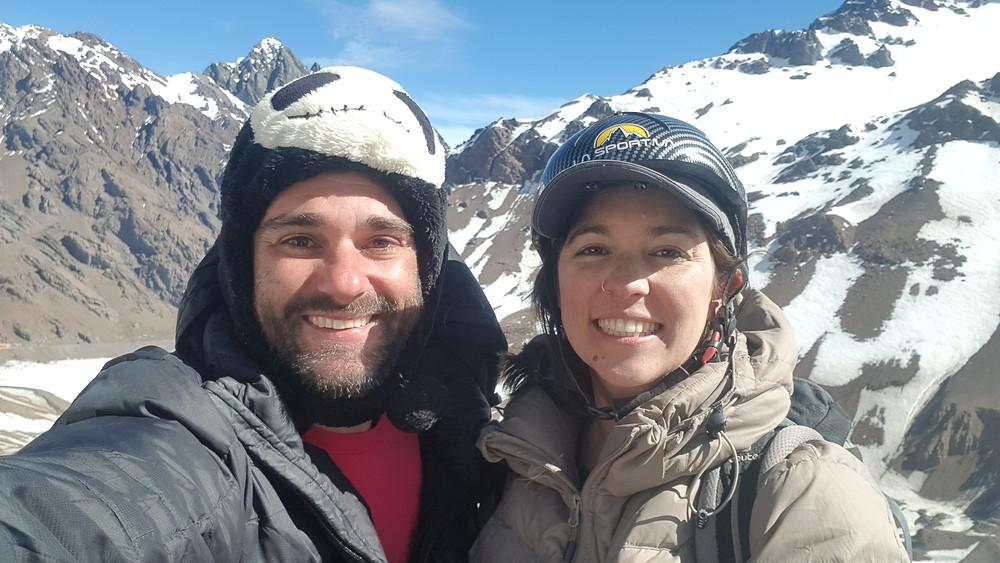 """Pedro e Laura ao final da conquista da """"Caracoles"""" (4° V E4 D3 – 350m – Mista)."""
