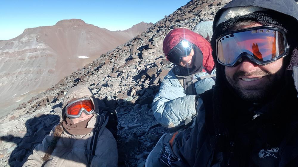 Laura Petroni, João Pedro e Pedro Bugim, próximos aos 5.000m, na trilha para o Cerro Plomo (5.434m)