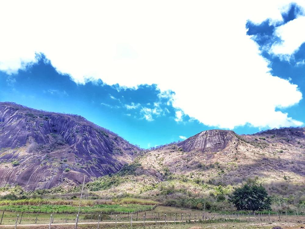 """A cadeia de montanhas conhecida como """"Pedra Bonita"""". à esquerda, onde há a via """"Velho China"""". À direita, onde conquistamos as novas vias (Foto: Patricia Manzi)"""