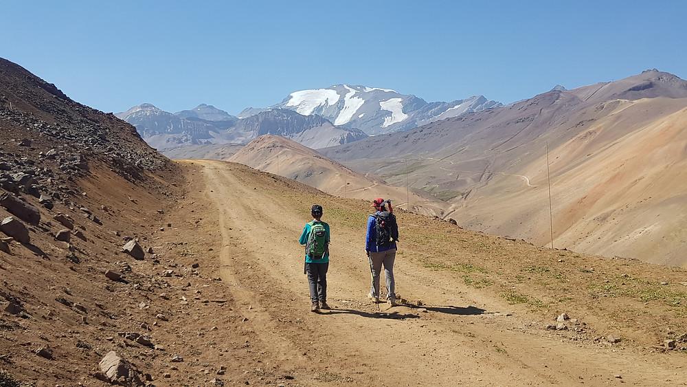 João Pedro e Laura Petroni no início da caminhada, em Valle Nevado, com o Cerro Plomo (5.434m) ao fundo