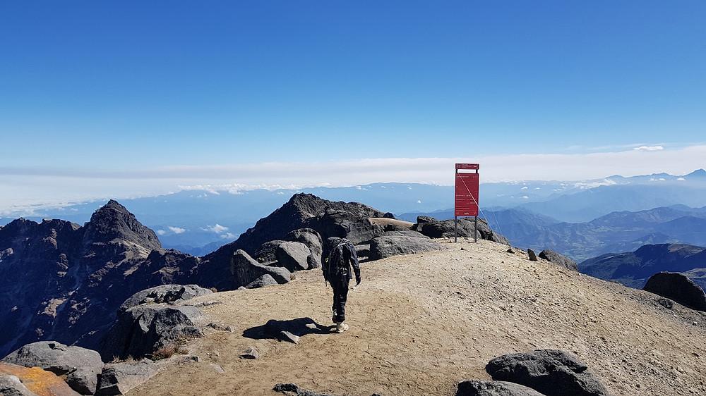 Laura Petroni chegando aos 4.794m de altitude do vulcão Guagua Pichincha