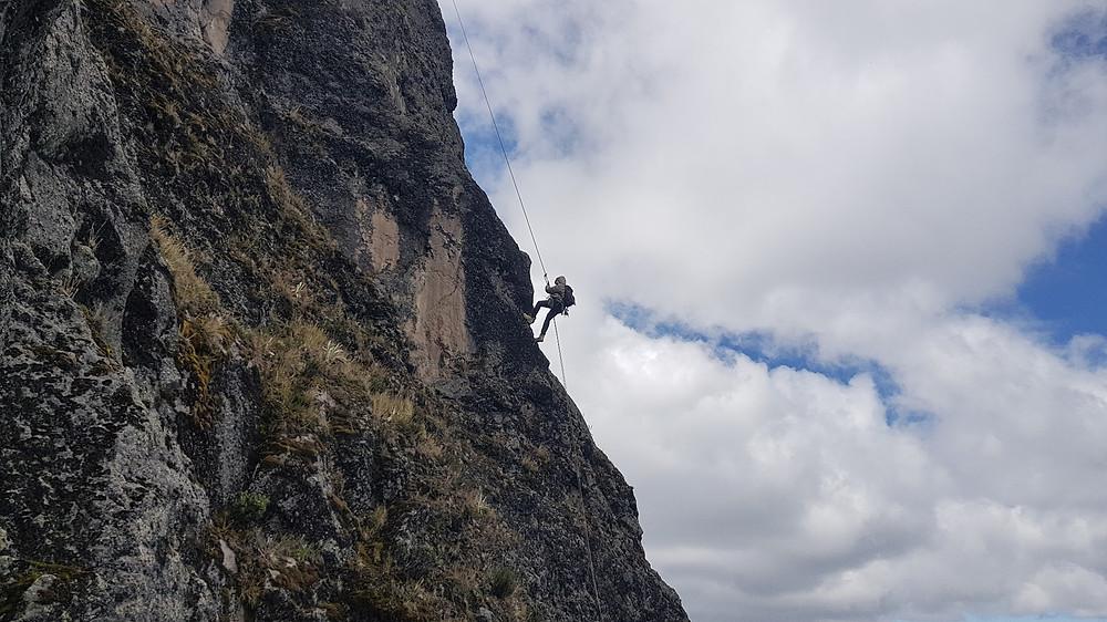 "Laura Petroni descendo da ""Ruta de Los Brasileños"" (D1 5° VIIb E2 - 80m - Mista)"