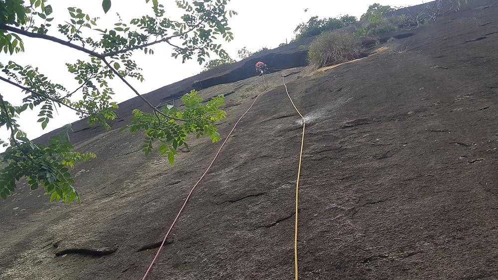 """Pedro Bugim conquistando a primeira enfiada da """"Expresso 2222"""" (D1 3° IVsup E2 - 150m - Mista), na Pedra do Moinho / Petrópolis"""