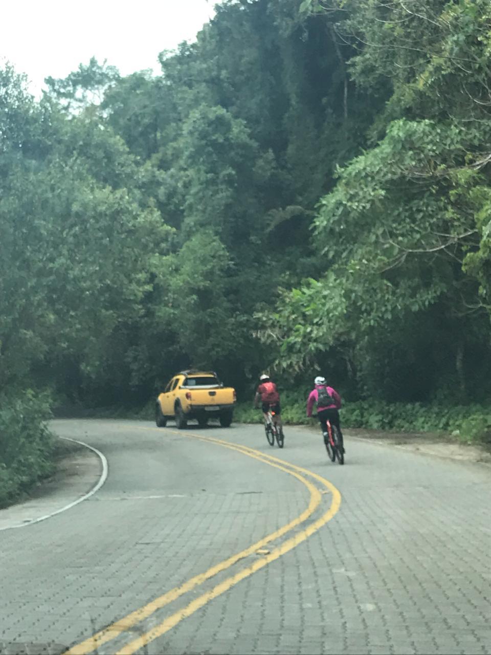 Pedro e Mari na descida, passando os carros no caminho