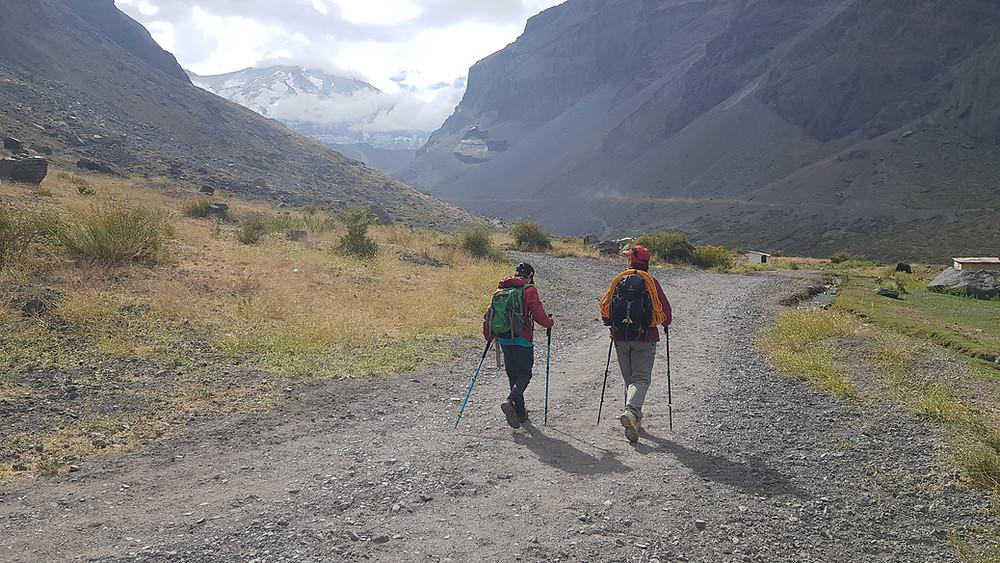 João Pedro e Laura Petroni, caminhando em Baños Morales, à caminho da mina abandonada