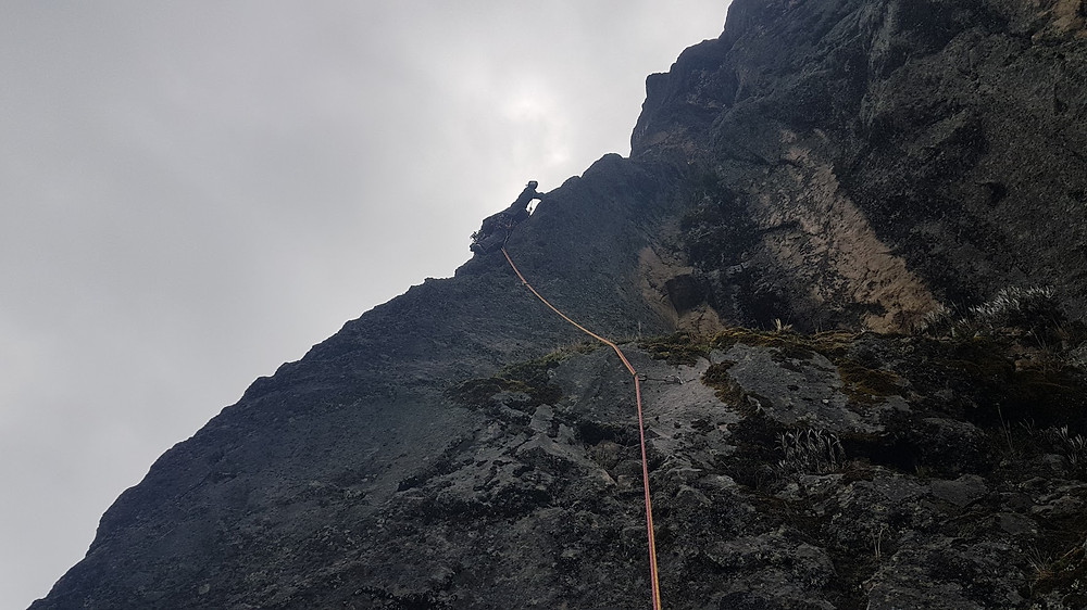 """Pedro Bugim na conquista da """"Ruta de Los Brasileños"""" (D1 5° VIIb E2 - 80m - Mista), no Vulcão Guagua Pichincha, a mais de 4.600m de altitude"""