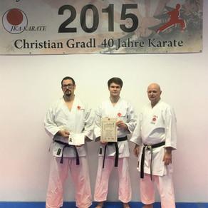 Zwei neu ausgebildete Trainer im Karate Dojo!