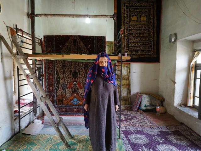 村一番の絨毯織のおばあさん ペルシャ絨毯 シルク ドゥイドフ村