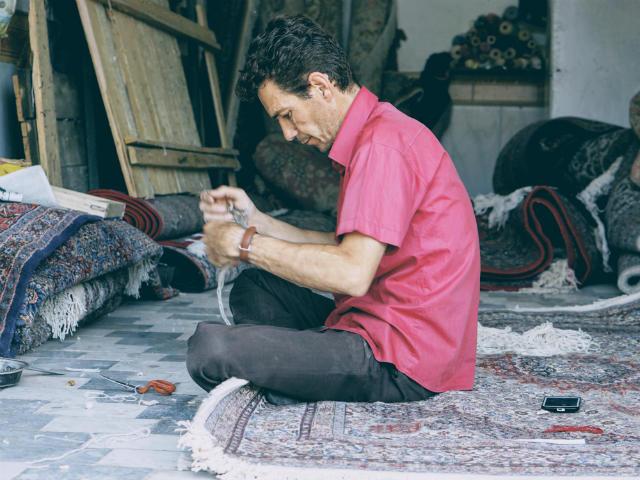 絨毯の耳を作っている職人