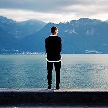 Man am See alleine