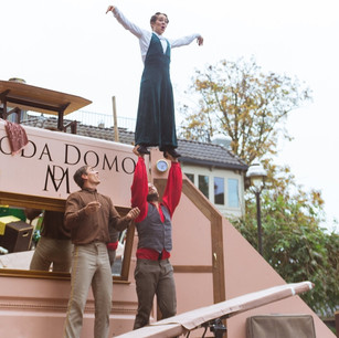 Acrobatiek en humor in modehuis Moda Domo