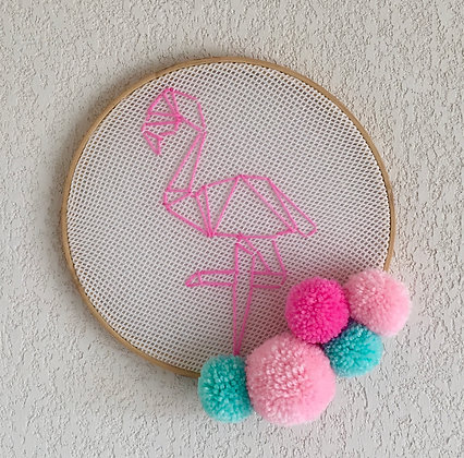 suspension murale broderie flamant rose