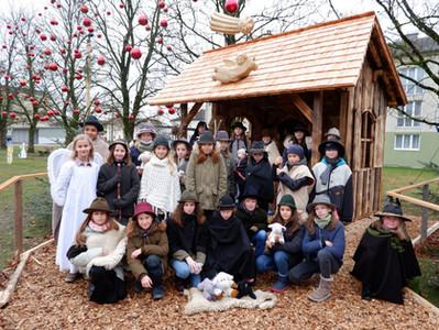 Musikklassen auf'm Weg zur Krippm - Frohe Weihnachten!