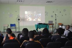 Jovens assistiram ao filme do desfile de 2015 do Bloco Loucura Suburbana