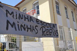 Faixa de protesto no portão