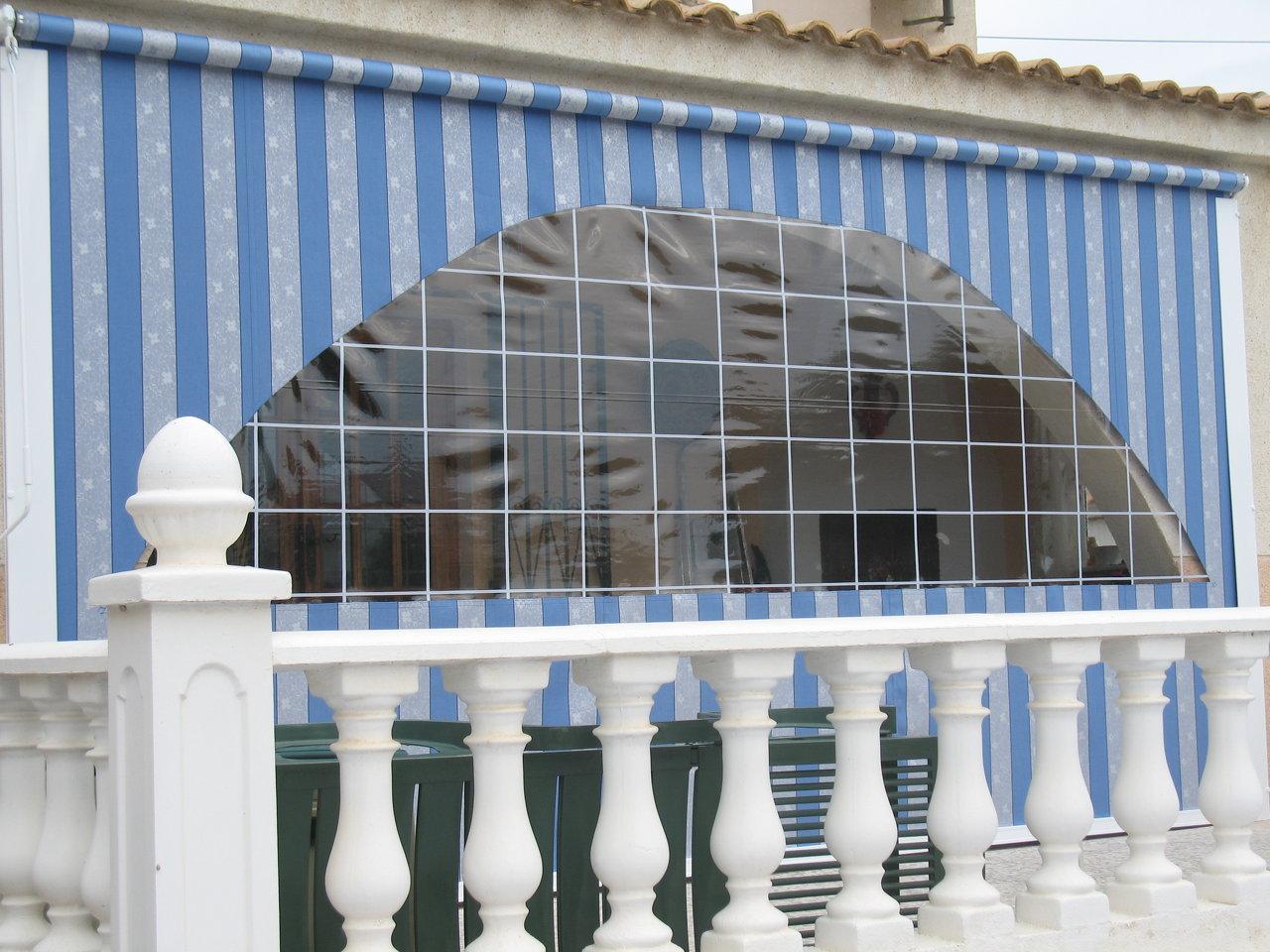 Vindskydd med PVC-fönster