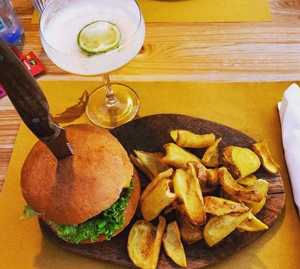 L'abbinamento hamburger e cocktail non è