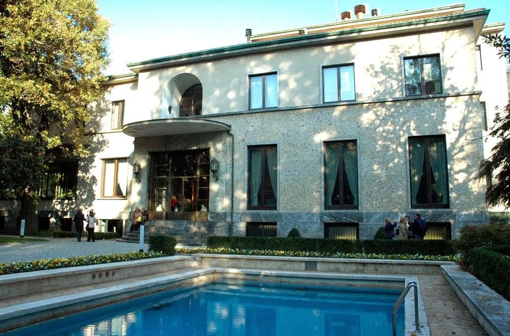 Вид на фасад Villa Necchi и на бассейн