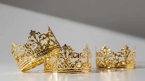 front-view-epiphany-day-gold-crowns_23-2