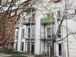 Jede Wohnung hat einen Balkon.