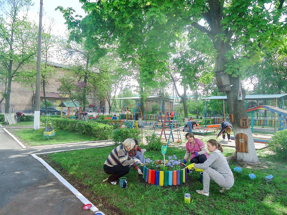 Толока з батьками в ДНЗ «Наш майданчик пофарбуєм — і до літа приготуєм…»