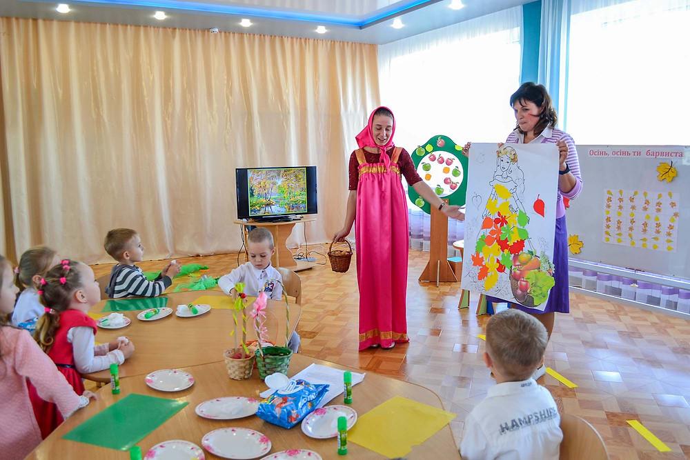 заняття-розвага з художньо-мовленнєвої діяльності (аплікація) на тему «Осінь в гості завітала…» в ДНЗ
