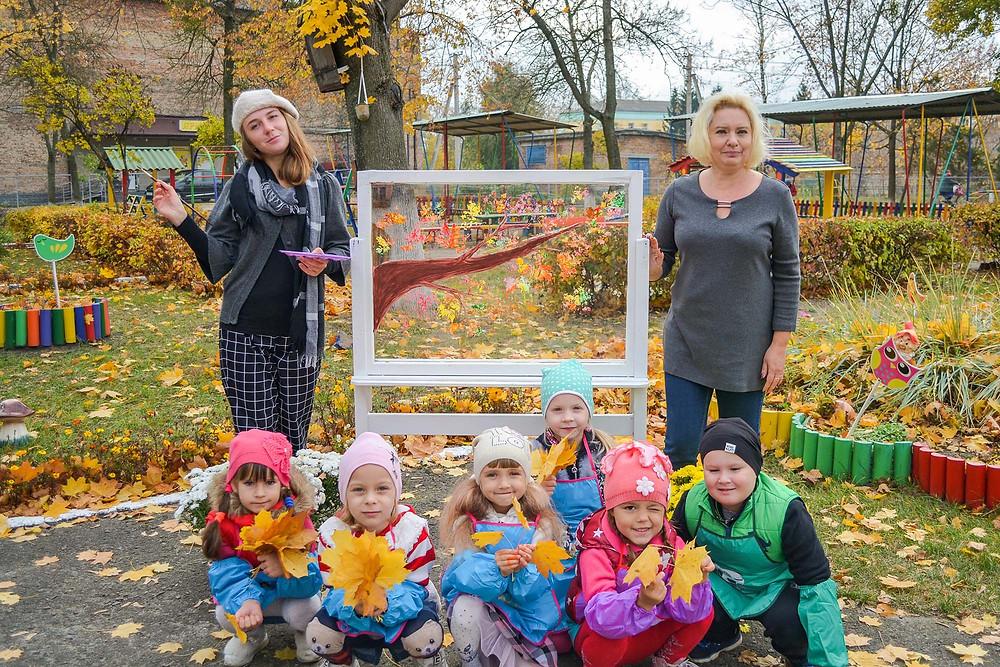заняття з малювання на лоні природи (краса на склі) на тему «Танок осінніх листочків» в ДНЗ