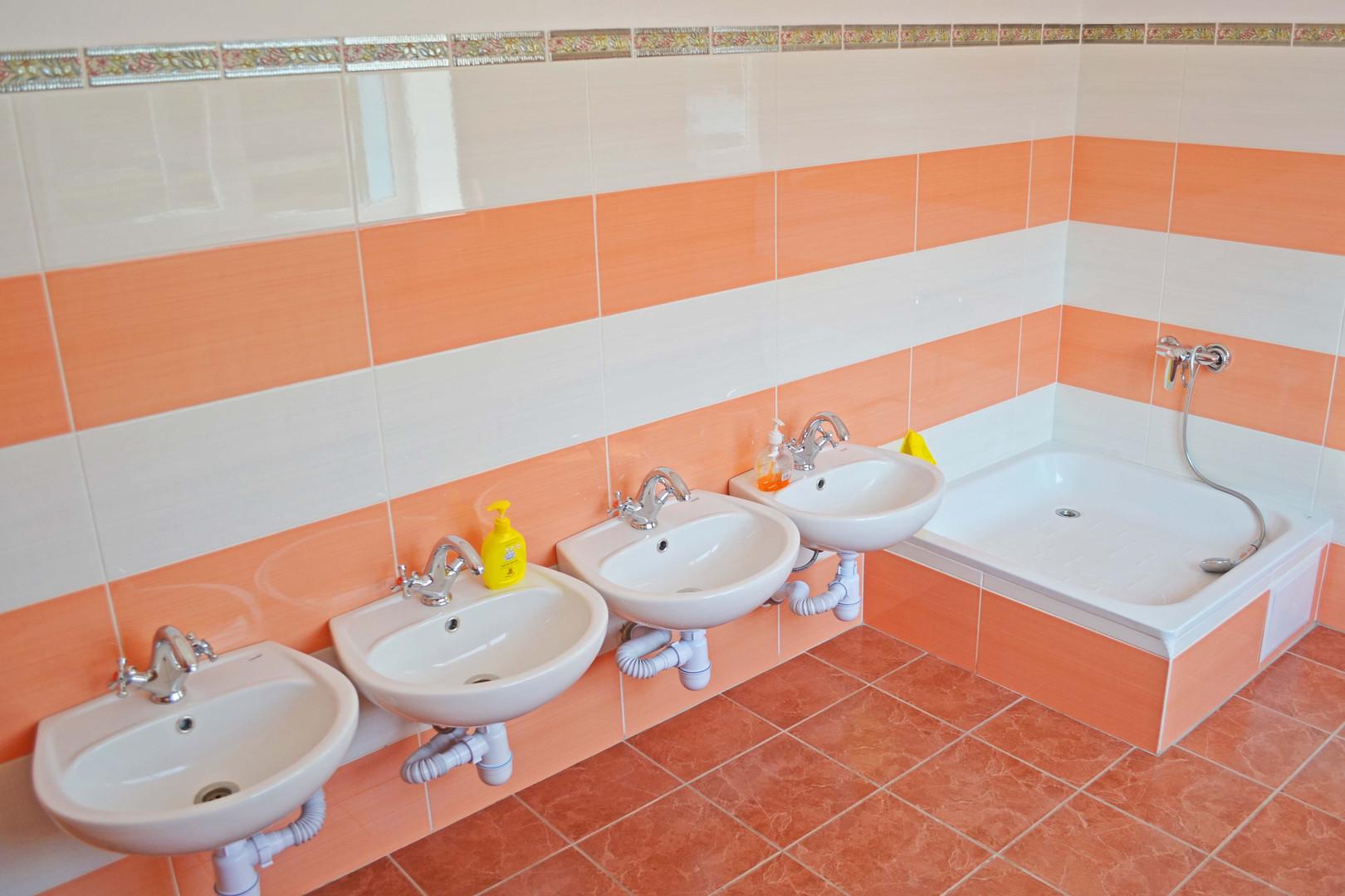 Туалетна кімната групи «Метелики» ДНЗ №1 «Дзвіночок» міста Сарни