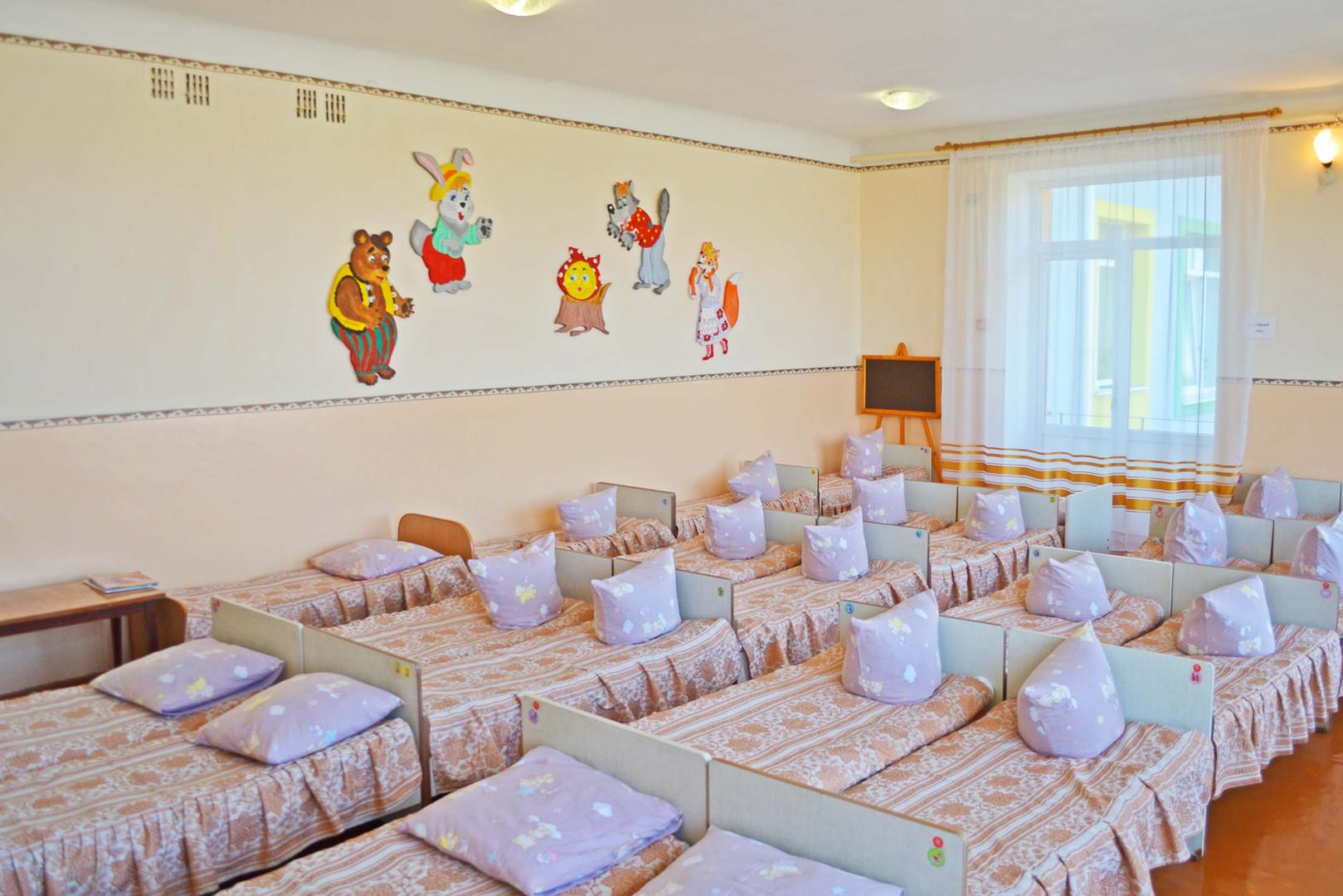 Спальня групи «Метелики» ДНЗ №1 «Дзвіночок» міста Сарни