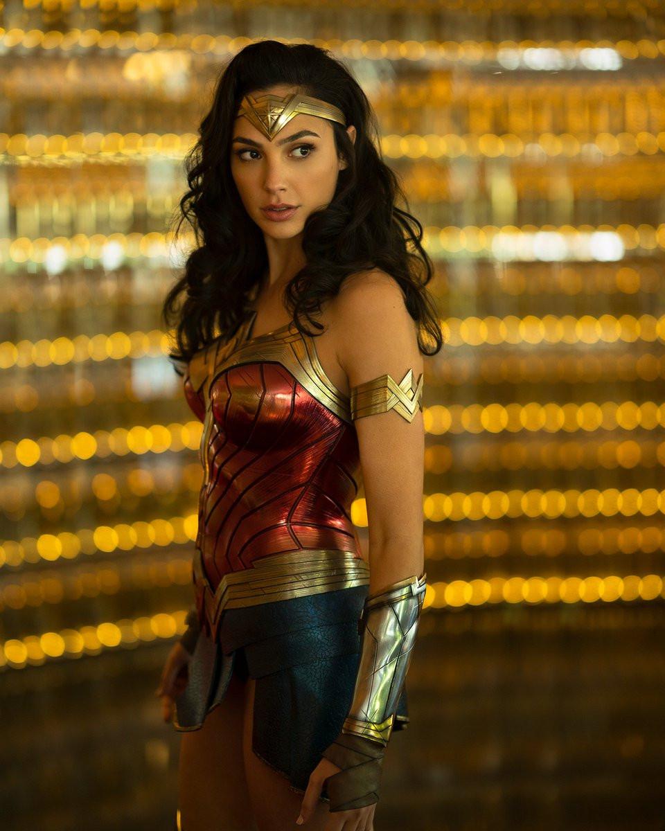 Wonder Woman égérie du féminisme, corsetée ...