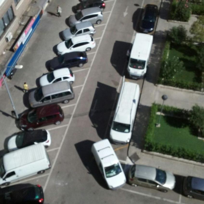 Zona CyD con furgonetas inmóviles