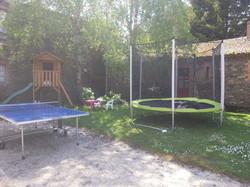 Trampoline, ping-pong et cabane