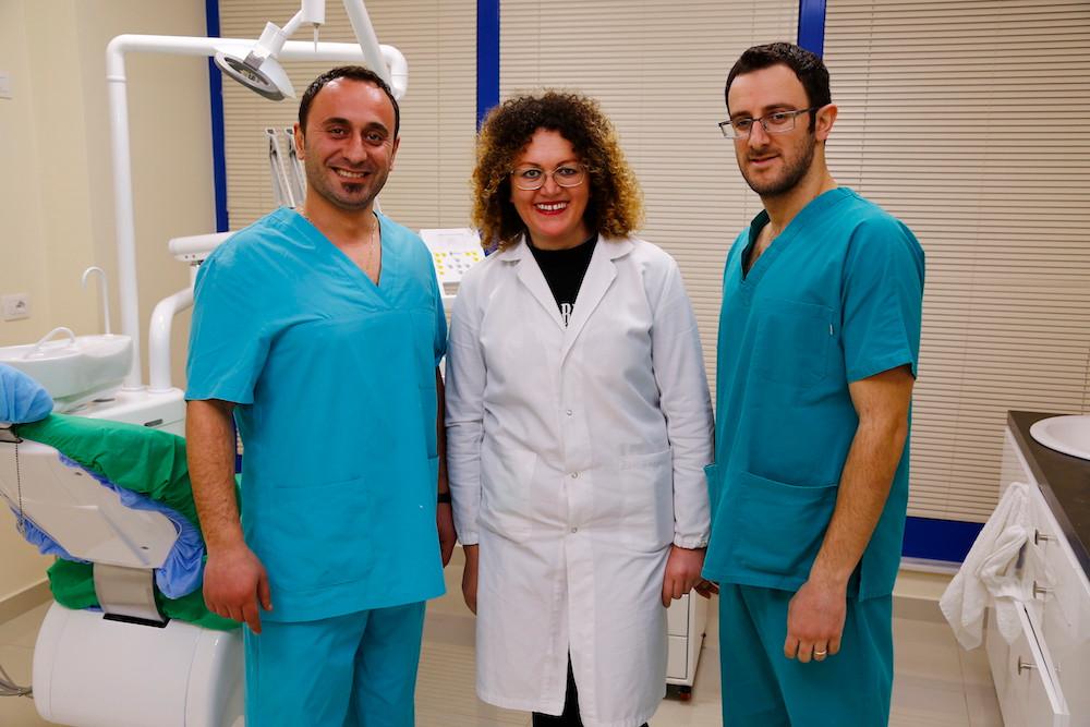 i nostri medici dentisti e una delle assistenti alla poltrona