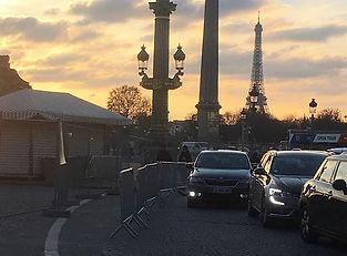 コンコルド広場にて。_エッフェル塔と電灯と3つが並んでるような姿に。__シャンゼ