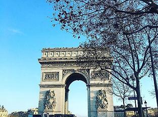 そして。_パリへ。__車の助手席からの一枚。_土曜日の暴動はウソみたいに、_日常