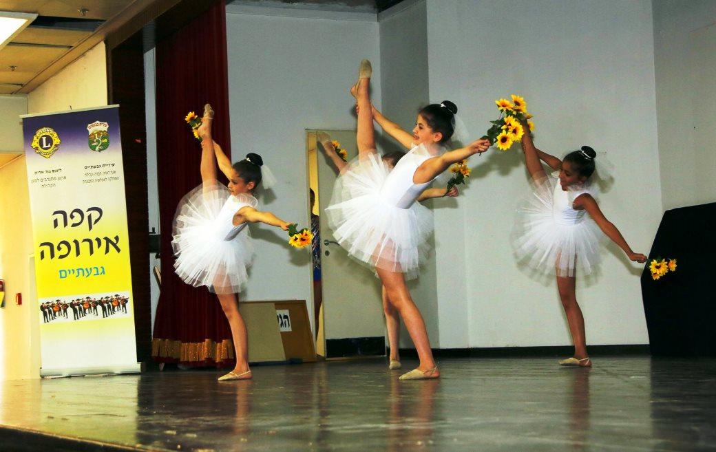 נבחרת התעמלות אמנותית בהופעה במשען