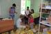 Раздача продуктов в центре помощи беженцам в городе Гуково Ростовской области от 20.07.2015