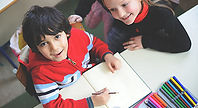 Bild mit Kindern beim Hausaufgaben erledigen