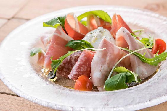 地元のリーフ野菜とパルマ産D.P.O生ハムのサラダ