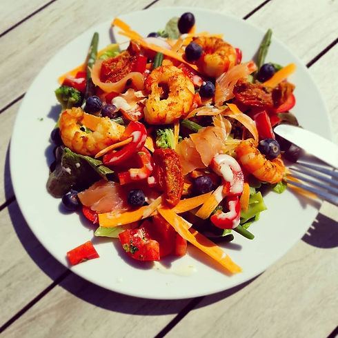 Salade met scampi, gerookte zalm en blau