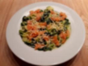 Courgetti met gerookte zalm en spinazie.