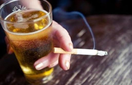 Consumo abusivo de álcool vem aumentando e o tabagismo vem diminuindo entre brasileiros