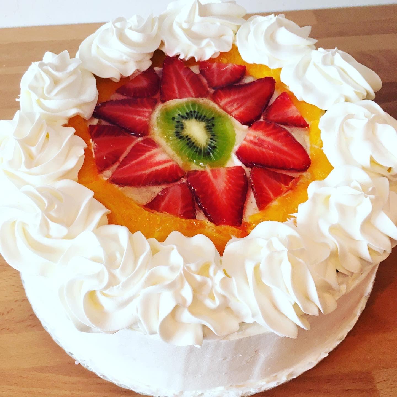 Tarta de frutas con nata