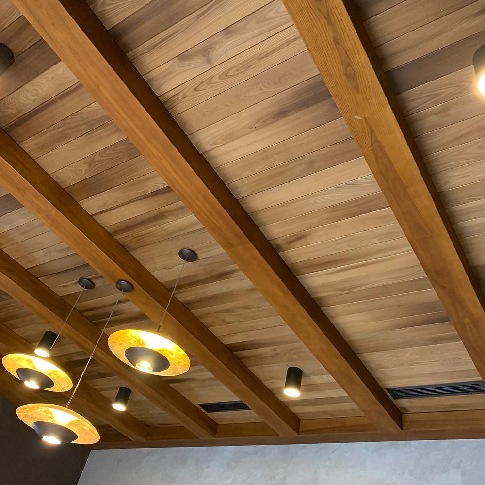 Потолок из термоясеня